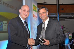 Ray Spinks of AgriArgo UK presents the Lifetime Achievement Award to Alan Jones